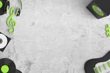 Musik hören und Musik machen - Equipment auf grauer Grunge-Wall mit Textfreiraum