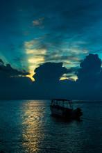 Bateau dans la mer à l'aube