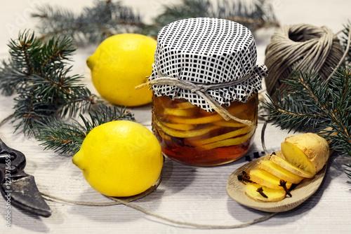 Poster miele con limone senzero e chiodi di garofano