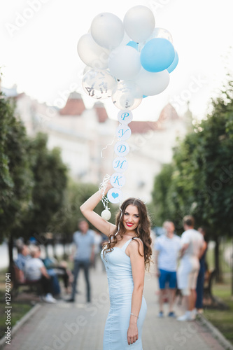 Poster The future bride with ballons  stand in the center of alley
