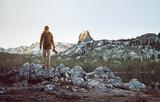 Wanderer betrachtet Berglandschaft