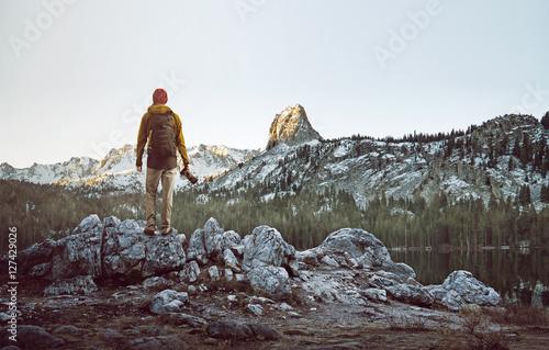 Valokuva Wanderer betrachtet Berglandschaft