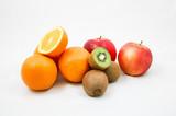 Frisches Obst mit Orangen, Kiwis und Äpfeln