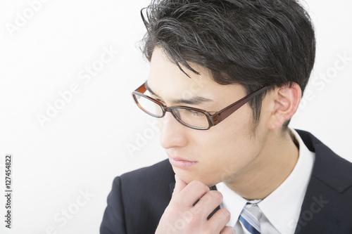 男性 ビジネスマン 考える 悩む 悩み 疑問 シリアス 真剣 ひらめき 横顔 眼鏡 白バック Poster