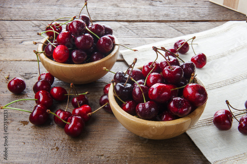 Aluminium Kersen Two wooden bowls of delicious cherries
