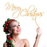 junge Frau mit Weihnachtskopfschmuck isoliert vor weißem Hintergrund