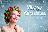 junge Frau mit Weihnachtskopfschmuck