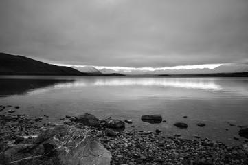 Fototapeta czarno białą plaża w Nowej Zelandii