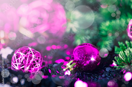 Billede Purple Christmas bauble with pine on a sparkling background