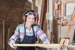 Frau als Schreiner Lehrling in Werkstatt