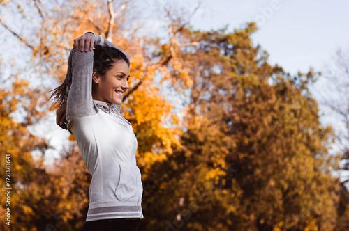 Fitness i ćwiczenia rozciągające na zewnątrz. Piękna sportsmenka