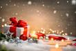 Leinwandbild Motiv Weihnachten Hintergrund mit Geschenk und rotem Band, Kerzen, Lichterkette, Weihnachtsdeko und Schnee
