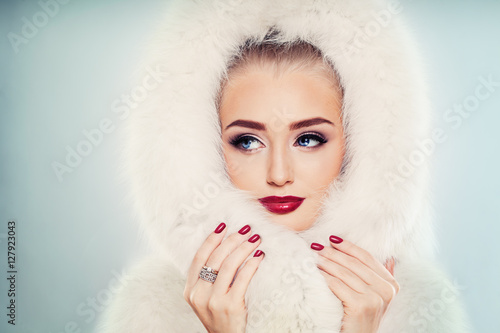 Poster Winter Beauty. Fashion Portrait of Cute Winter Woman with Makeup