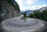 Ciclista en la curva cerrada - 127927289