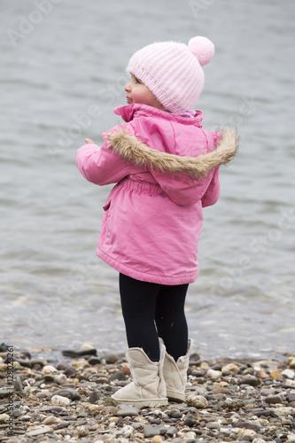 Poster Kleines Mädchen am Wasser/See