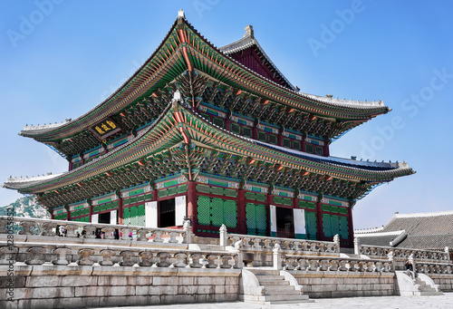 Fotobehang Seoel Throne Hall and people at the Gyeongbokgung Palace in Seoul