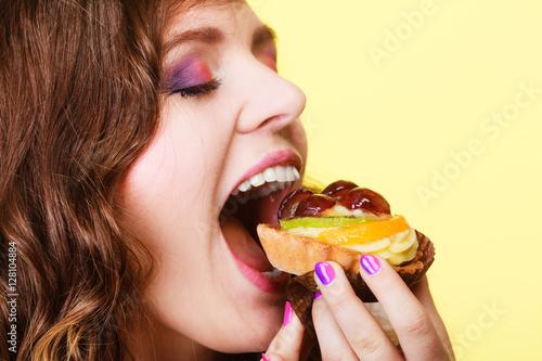 Poster Closeup woman eating fruit cake sweet food
