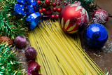 Pasta festività di Natale e decori colorati