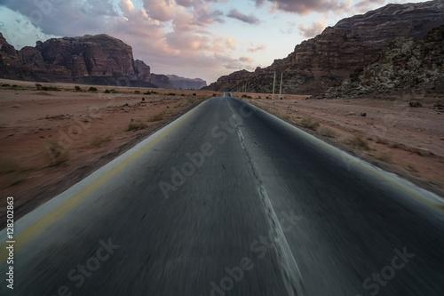 Poster Straße durch die Wüste nach Wadi Rum