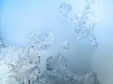 Patrón de heladas en un cristal de ventana de invierno