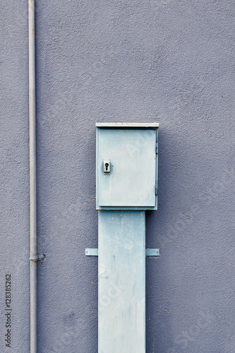 Poster electrical shield on a blue facade