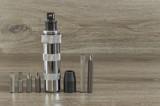 destornillador de impacto con accesorios sobre fondo gris