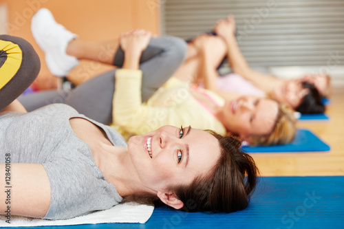 Frau beim Training im Pilates Kurs