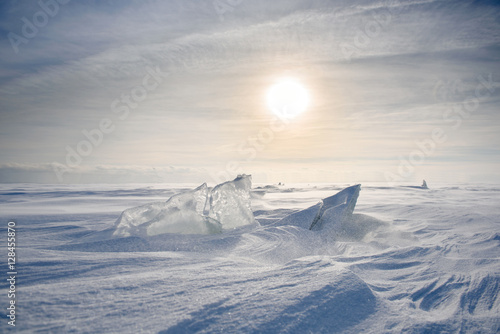 Papiers peints Antarctique Boundless icy landscape during a snowstorm at sunset in winter.