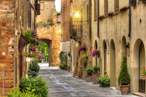 Obraz w ramie Flowery streets on a spring day in a old village Pienza.