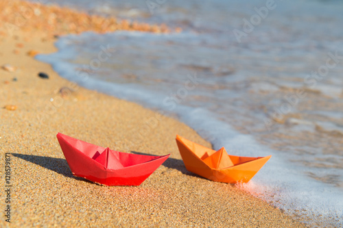 Plagát Paper boats at the beach