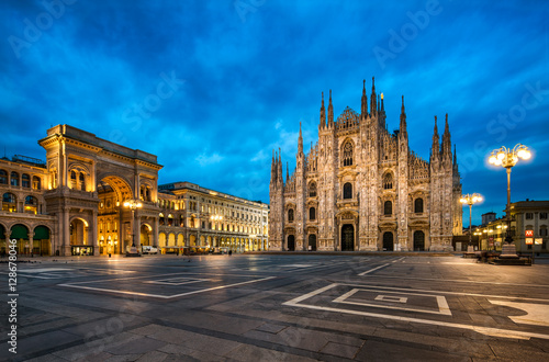 Plexiglas Milan Domplatz in Mailand Italien mit Dom und Triumphbogen