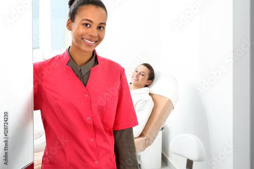 Fototapeta Kosmetolog. Kobieta w klinice medycyny estetycznej