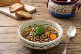 zuppa di lenticchie verdi in tegame di ceramica