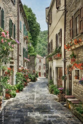 waska-stara-ulica-z-kwiatami-w-wlochy