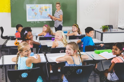 Plagát School kids smiling during geography class