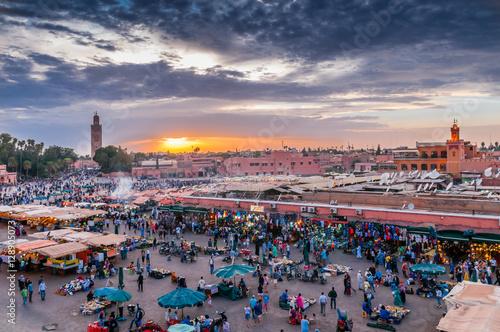 Fotobehang Marokko Sonnenuntergang über dem Djemaa el Fna in Marrakesch; Marokko
