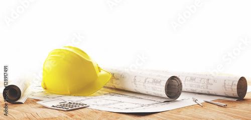 Żółty kask z projektami architektów do prac budowlanych