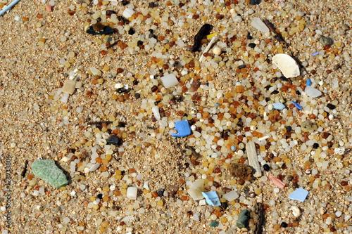 Leinwanddruck Bild Plastikmüll am Strand - Mikroplastik