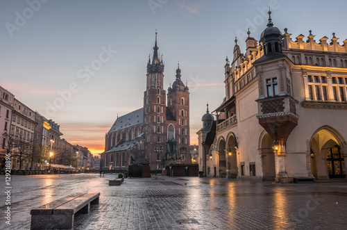 Zdjęcia na płótnie, fototapety na wymiar, obrazy na ścianę : St Mary's church and Cloth Hall on Main Market Square in Krakow, illuminated in the morning