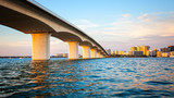 Sarasota, Floryda Skyline i Bridge Across Bay
