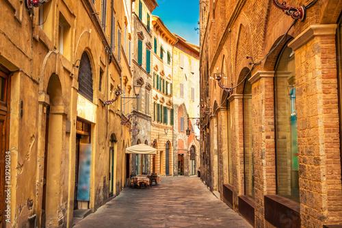 Poster Smal steegje Narrow old street in medieval Siena, Tuscany, Italy.