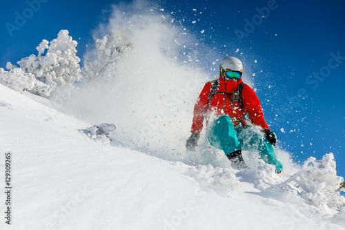 esquiador-de-esqui-alpino-en-altas-montanas