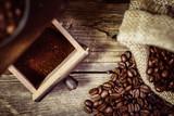 Frisch gemahlener Kaffee aus der Mühle - 129343019