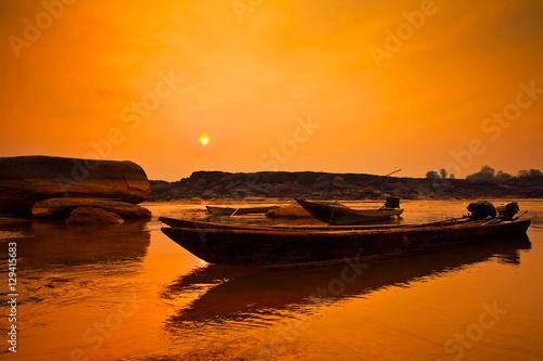 In de dag Oranje eclat Sunrise fishing boat morning in mekong river. (sam pan bok) ubon ratchathani,Thailand.