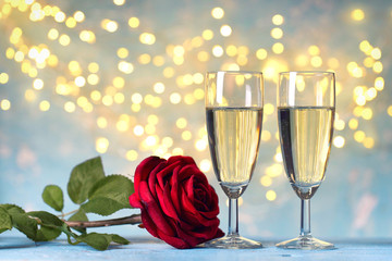 2 Gläser mit Sekt / Champagner mit roter Rose