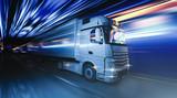 LKW fährt schnell durch die Nacht - 129657482