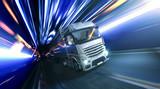 LKW fährt schnell durch die Nacht - 129660052