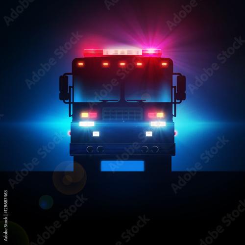 Wóz strażacki w ciemności z pełną gamą świateł i świateł taktycznych.