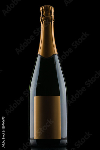 szampanska-butelka-na-czarnym-tle