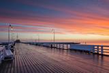 Molo w Sopocie o wschodzie słońca z niesamowitym, barwnym niebem. Polska. Europa.